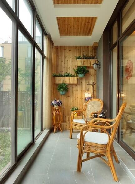 封闭阳台装修如何选择窗户  1,封闭阳台装修:实木窗 实木窗胜在造型