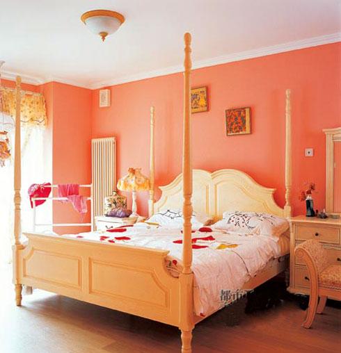 草绿原野的风景画,并在典雅的茶几上,放置了一把有着粉色花朵的骨瓷