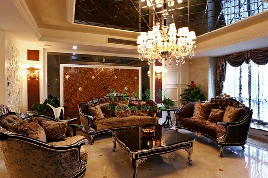 在这些典型的欧式风格结合下,打造了一个经典的欧式新古典风格客厅.