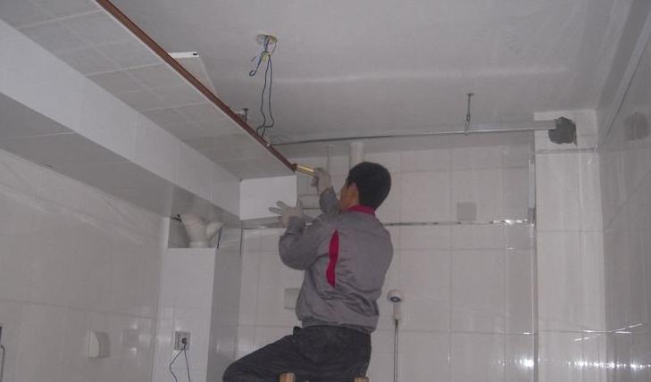 二、集成吊顶安装   1、六根螺杆将承担起整个集成吊顶的重量   首先,在天花板上量好尺寸,钻孔旋入膨胀管螺杆,并且保证吊顶与屋顶之间的夹层高度不小于25cm(注:螺杆与天花板的连接为整个吊顶的安装之基准,螺杆必须垂直于天花板,并且固定牢,各螺杆必须保持平行。一般情况下的顶只需六根螺杆,即可让整个吊顶很牢固。)接下来,在不影响电器安装的情况下,在天花板平均取六个点然后用电锤打孔。然后量取顶到边角线的距离,截取与实际距离短8-10cm的螺杆,在一边拧上一个螺帽再旋上膨胀螺丝。螺杆超出膨胀螺丝大约3毫米。