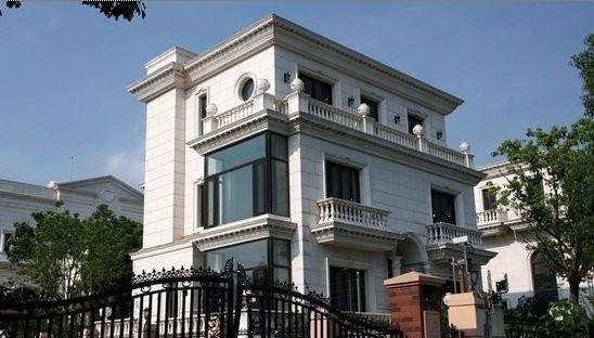 在过去的六年中,记者目击了这栋别墅从打地基,封顶到装修的全过程。这幢私人建筑足已具备了改写中国第一豪宅的实力。而当上周记者再度探访,发现这栋别墅外观已经营造一新,典型的古典式对称设计,奶白色全进口大理石立面,欧式风格的户外灯,文艺复兴气质的彩色琉璃天窗经典华贵的设计昭示着这栋豪宅的主人身份绝非等闲。