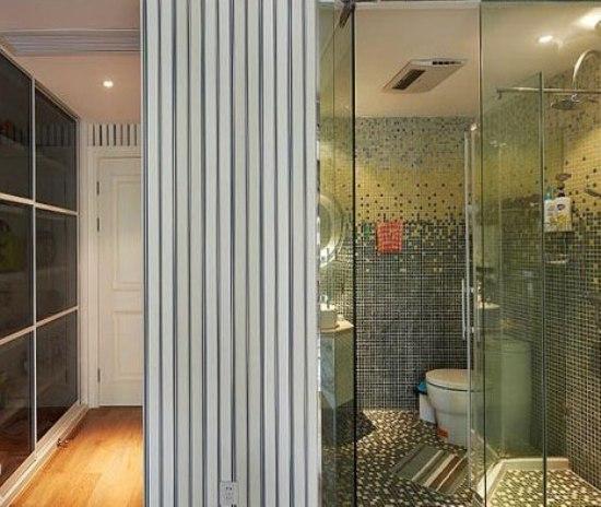 欧式别墅装修效果图:三联排推门式的储物柜,柜门半透明,能照得见