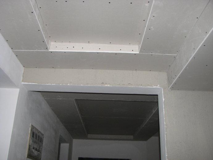 随着生活水平的提高,越来越多的人都会开始注重石膏吊顶封板,但很多人对于石膏吊顶封板的安装步骤并不是很了解。下面就随保障网香香小编来了解下吧!   安装好轻钢龙骨或者安装好木吊顶框架,就可以在轻钢龙骨或木吊顶框架表面安装石膏板或者硅钙板即可。本文将使用800x800x12mm的硅钙板。   板材划线:确定装订位置   安装前,先在硅钙板表面用铅笔和尺子画网格,尺寸为400x400mm,安装时沿着划线部分装钉。   硅钙板打孔:标记打钉位置   硅钙板划线后,要在表面用电钻打孔标记打钉位置。在划线的交界