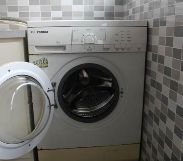 任何东西都有它的优点和缺点,具体买哪一类,要看你的使用条件和使用习惯,要看哪个适合你了。洗衣机从大体上分为2类,即波轮和滚桶,而波轮又分为双缸和全自动的单桶。今天我们主要来介绍波轮和滚筒洗衣机的优缺点。   波轮洗衣机是典型的日式机器,日本人讲求生活效率,平时很忙,生活空间又狭小,需要不占地方又能搬来搬去,滚筒的根本就搬不动,所以坚持使用波轮洗衣机。滚筒洗衣机在欧洲较流行,是因为欧洲家庭一般都较休闲,习惯用热水洗衣服,而且多数有冷热双路供水,能够方便地使用热水洗涤。他们的选择都是各有各的原因,而咱们