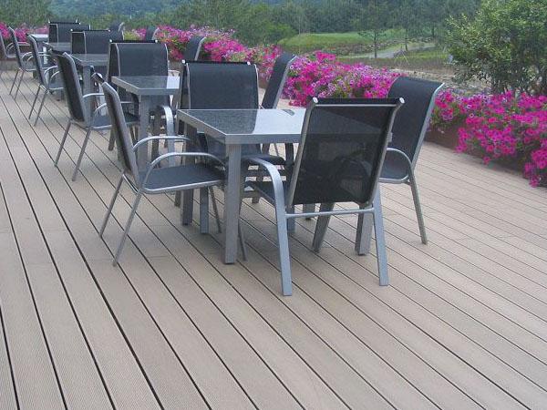 塑木地板是由木材(木纤维素、植物纤维素)为基础材料与热塑性高分子材料(PE塑料)和加工助剂等,混合均匀后再经模具设备加热挤压成型的绿色环保地板材料,常见于园林景观,那么塑木地板有哪些优缺点呢?塑木地板怎么安装呢?    塑木地板优点   1、防水、防潮、防虫、防白蚁。解决了木质产品吸水受潮后容易腐烂、膨胀变形的问题,有效杜绝虫类骚扰,延长使用寿命。   2、多姿多彩,可塑性强,可供选择的颜色众多。既具有天然木质感和木质纹理,又可以根据自己的个性来定制需要的颜色。   3、高环保性、无污染、无公害、可循