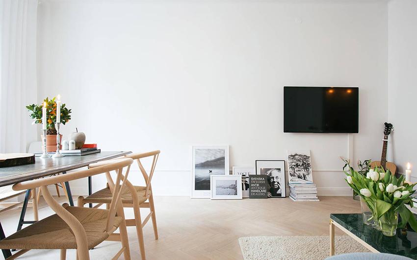 刷白木质家具搭配高彩度沙发通常能立即创造 北欧风居家风格,但