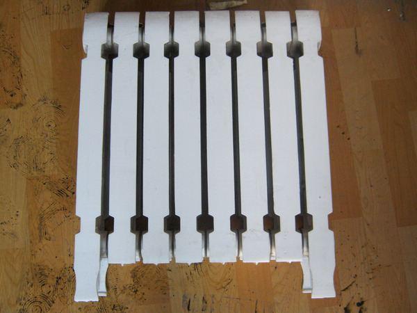 在购买暖气片的时候很多人就会有疑问,暖气片那种材质好呢?今天小编要和大家介绍的就是暖气片中的铸铁暖气片,那铸铁暖气片怎么样呢?铸铁暖气片多少钱一片?    铸铁暖气片怎么样   铸铁暖气片是第一代暖气片,是最早被利用的暖气片材质,它使用寿命常,价格实惠,壁厚存热时间长,腐蚀速度比起之后出现的低碳钢制暖气片、铝合金暖气片、水箱式暖气片慢。因为铸铁暖气片的腐蚀状为针状腐蚀,不成块状腐蚀,所以铁锈不容易脱离本体,氧气不能大面积入侵内体造成深层面腐蚀,所以它的寿命一般都可长达25年至30年左右。另一方面它的可