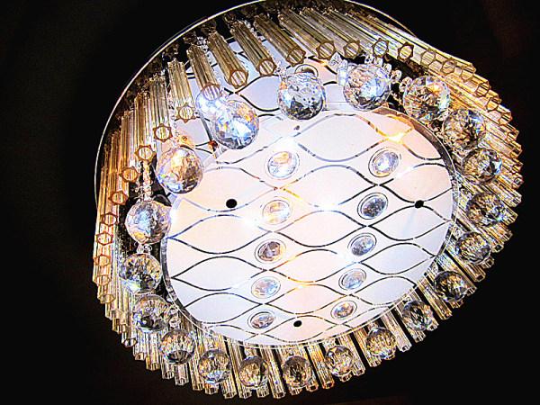 欧式装修风格逐渐被大家所接纳,欧式风格以浓烈的色彩、华丽的装饰以及大型水晶灯,呈现出豪华、大气的视觉效果,那欧式水晶灯品牌哪个好?一起看看欧式水晶灯十大品牌。  水晶灯十大品牌一:宝辉灯饰 于1979年在香港成立,艺术灯饰领导品牌,国内首个获得施华洛世奇授权的灯饰品牌,宝辉国际灯饰集团有限公司。