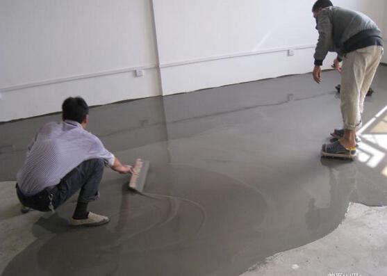 地坪漆就是一种喷涂在地面上的油漆,是厂房里常用的装修材料,可满足多种场合的使用。那么如何才能正确的喷涂地坪漆呢?那么下面就给大家仔细的介绍一下地坪漆施工工艺流程。    第一步、时间的选择和地坪表面的清理   对于施工目标其不可以是刚刚结束的新工程,英爱使其晾晒一个月左右才可以进行地坪漆的施工。并且对于施工地地表的处理也是非常重要,比如刚刚装修过的场地,其地面肯定会有许多杂物,甚至砖石,包括其搁置时间较久的厂房,势必会有许多灰尘,这些都要互利干净,为地坪漆的施工提供一个干净的环境,这样才可以让地