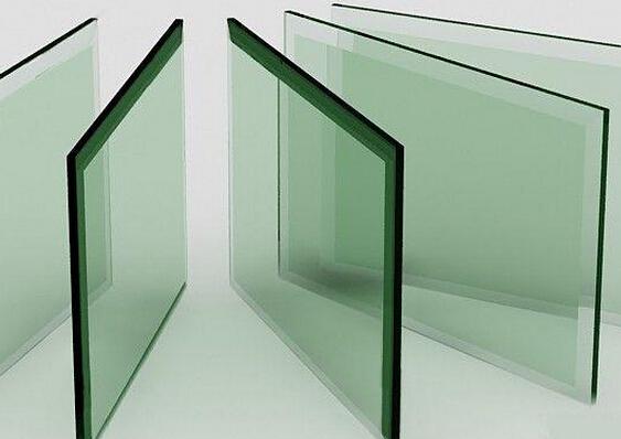 钢化玻璃我们并不陌生,日常生活中我们也经常接触,比如在高层建筑的门窗、玻璃幕墙,玻璃护栏等,家居中有的家具、隔断等,甚至我们平时用的玻璃餐具也会使用钢化玻璃,那钢化玻璃多少钱一平方?这是不少人想要了解的,那小编就来和大家说说:    什么是钢化玻璃?   钢化玻璃属于安全玻璃,是一种预应力玻璃,为提高玻璃的强度,通常使用化学或物理的方法,在玻璃表面形成压应力,玻璃承受外力时首先抵消表层应力,从而提高了承载能力,增强玻璃自身抗风压性,寒暑性,冲击性等,现在主要广泛应用于高层建筑门窗、玻璃幕墙、室内隔断玻