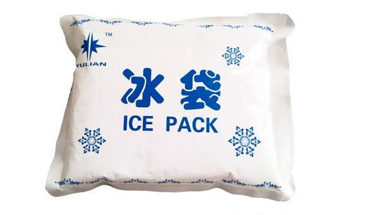冰袋里面是什么   化学冰袋:本品是于不透水的软制合成树脂包装袋中,利用冷却剂的A组分(十水硫酸钠),同B组中3种成分连锁溶解反应发生的负溶解热,来持续发挥冷却作用的便携式化学冰袋,是利用冷却剂十水硫酸钠同另外3种盐类的连锁溶解反应发生的负溶解热来挥冷却作用。   冰袋原理   冰袋的本质其实是一种蓄冷产品,是利用某些化学性质,经过制作以达到蓄冷,放冷的目的。主要内容物为聚丙烯酸钠 一种钠盐 再添加一些其他的物质,即可。该产品冷容量大、无毒、无味、无腐蚀、无反放射并富有弹性。是一种新颖冷冻介质,其解冻