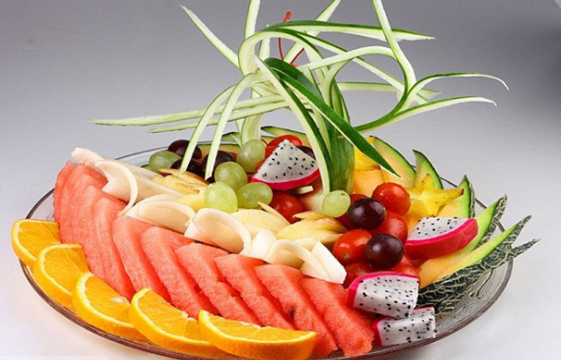 果盘里摆放了很多种水果,大家可以根据各自不同的口味和喜好来选择吃哪一种水果。那么我们家中如果招待客人,同样也可以制作一些果盘来供客人吃食。家庭般的果盘一般都是小果盘。小果盘使用的水果种类要少一些,也比较好学习。下面小编就为大家详细讲解几款家庭版小果盘的制作方法。    家庭版小果盘之一   主料   火龙果1个;香蕉1个;橙1个;葡萄1串   辅料   番茄1个   1.