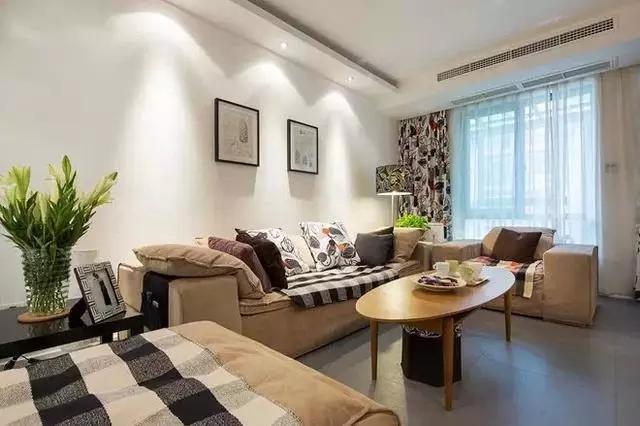 风格的特点,简易型实木茶几给房间带来自然之感,花布窗帘让整个客厅增