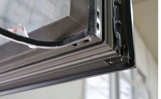 门窗的密封给我们起到了许多作用,例如防风、防尘、防寒等防护作用。生活中,门门窗窗我们到处都可以看到。但你们可知道在门窗密封处安装密封条在这可是起到绝对的作用,今天小编就带大家来认识一下门窗密封条是如何安装的。