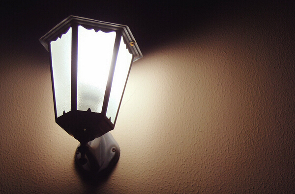 壁灯的种类和样式非常多,常见的有吸顶灯、变色壁灯、床头壁灯、镜前壁灯等。壁灯在欧式的装修风格中比较常见,一般用在客厅、卧室、门厅、餐厅等空间,样式、颜色、安装方式等都需要根据不同空间的需求以及整体设计风格来决定。下面就跟我爱我家小编一起来看看各空间的壁灯运用吧。    卧室壁灯的运用   卧室里使用壁灯是最为常见的,很多卧室在装修的时候甚至都不考虑用大顶灯,而是主要采用壁灯、床头灯、射灯、筒灯、隐藏灯带等不同的灯具组合来调节室内的光线。床头壁灯的高度一般以人坐在床上与头部平行为宜,材质一般用阻燃工程塑