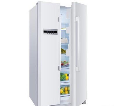 在冰箱冷藏室内后壁有个排水孔
