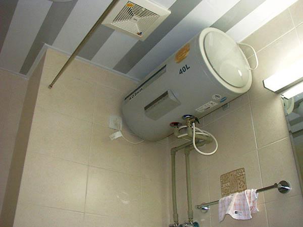"""电热水器一直不关,始终处于""""保温""""状态,会持续耗电."""