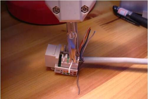 在正品网线插座上,8个接线卡口除了有标明568A标准和568B标准两种连接方式的色标外,还有标明每个内部接线端与前端针脚的对应序号,而且插座上的各种色标均非常清晰、极好辨认。在接线时,你只须将双绞线中的各色线对打入对应色标的卡口即可。   步骤1:将墙内网线(或者槽线),用专用的剥线钳或者压线钳的剥线刀在离线头10厘米长左右(也可以长一点,方便后面压线)的地方将网线表皮去掉(不要伤到金属线路)。   步骤2:分线,用打线钳逐根按进网线插座的金属卡槽内。   注意:   a.