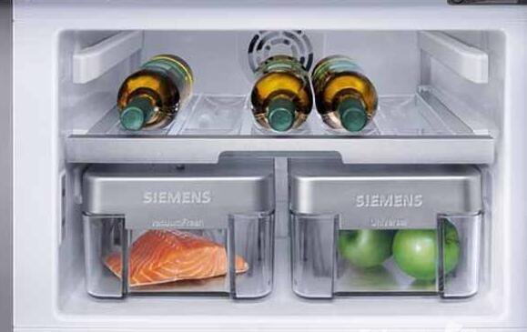 为了使冰箱达到更好的使用效果、更省电,就要想办法去除冰箱冷冻室的冰或霜,要怎么去除,这是一个问题也是一个难点。日常生活里我们经常遇到冰箱结冰和给冰箱除霜的问题,这些问题怎么解决,快来看看本文,小编来回答各位冰箱结冰怎么办及怎么给冰箱除霜这两个问题。    冰箱结冰怎么办   冰箱结冰是比较常见的问题,冰箱的表面也比较容易因为水蒸气凝固而结霜,大多数时候这些问题都能自己解决的。冰箱结冰其实主要的原因有:温度过低、食物中的水分蒸发遇冷凝固、排水管痛不畅通、冰箱的保温层受潮、冰箱的门缝不严、冰箱的控温器坏掉