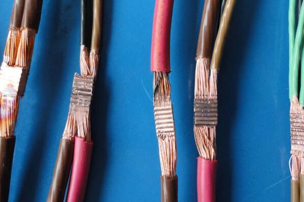 我们区分电线往往都是更具电线的规格来区分的,而电线的规格有1mm2、1.5mm2、2.5mm2、4mm2、6mm2、10mm2、16mm2、25mm2、35mm2、50mm2、70mm2、95mm2、120mm2、150mm2、18mm25、等等。其中家庭中爱用到的就是2.5mm2得电线。那么2.5平方电线价格为多少呢?对于即将装修新房的朋友一定要知道2.