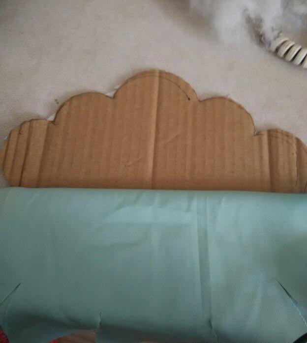 家里有芭比娃娃的亲们是不是很想给你们的娃娃置办很多可爱迷你的家用品呢?可以自己动手DIY制作,手工DIY个娃娃们的家。今天小编来教大家做一款娃娃的沙发,很公主范哦!先上个图:    下面我们来看看如何制作:    一:准备纸板一张,剪成如图形状    二:把纸板按折印折成纸盒    三:再拿一张纸板剪成这个形状做沙发靠背    四:用布把纸盒包好    五:把靠背那张纸板中间横着粘一道双面胶,包布    六:把上半部分铺上棉花    七:靠背反面粘上双面胶等下包布    八:把布包过去粘好    九: