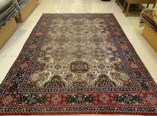 我们从新疆地毯的做工上,可以看到它的质地精良,完全是利用手工进行