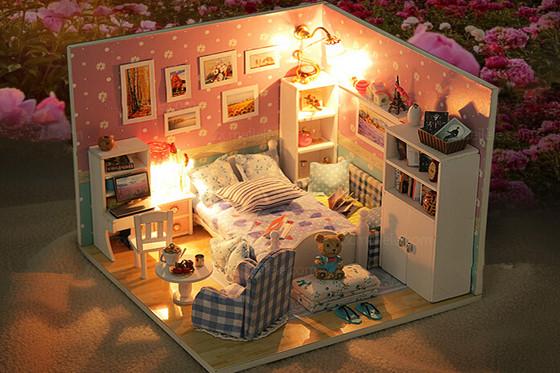 2、diy小屋制作过程:   做小屋首先要设计好整个小屋的布局和样式,包括房屋是一栋小屋还是只是简单的一间房,如果是一栋小屋,这其中就设计到各个房间的布局,包括客厅、餐厅、厨房、卧室、卫生间和楼梯间等等,各个房间需要在哪个位置上,里面可能需要的东西都需要做充分设计。   小屋的设计做好之后,就可以一一来制作了。把材料拿出来,先把这栋小屋的整体框架做出来,这个时候会用到的材料一般就是木块以及各种粘贴使用的胶水,强力胶以及白胶等。用木块把小屋的框架做好,包括各个房间的布局还有门窗的制作都需要做好。