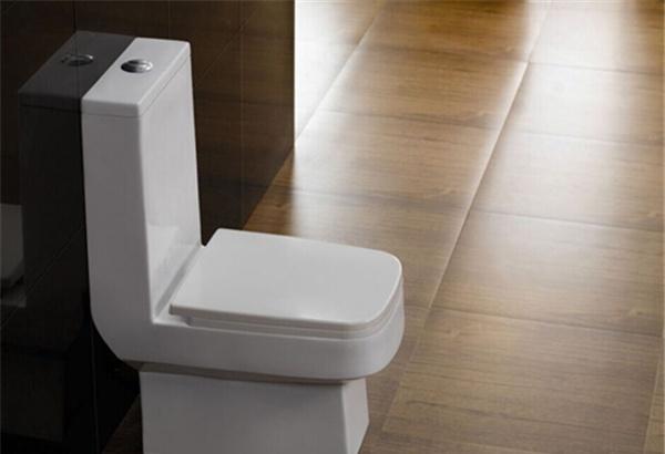安装马桶需要预留多大空间   抽水马桶如今的标准是坑距,也即是下水坑离墙的间隔,抽水马桶尺度长通常是30cm或40cm ,这个依据你家卫生间决议。假如卫生间还没有铺装墙砖,丈量时要把将来铺好墙砖的厚度减除掉,铺装墙砖的预留厚度通常在2-3cm。   拿尺子丈量墙体与地上排污口的间隔。经丈量后,蓝房间房主卫生间墙面与排污口的间隔为400mm,正好适用了马桶的400孔距。装置师傅这下省劲了很多,假如经丈量后,间隔为300mm,可选用马桶上的300孔距。特别情况下,还需求用到移位器。大都情况下,如今的房子规