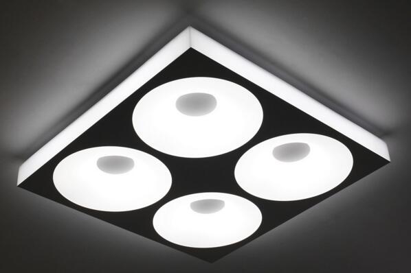 在我们生活中,灯具是我们不可或缺的,因为它不仅给我们带来了光明,还是给我们带来了温暖温馨,所以我们对灯具灯饰的选择是非常有讲究的,一般像客厅和卧室等主要地方一般的家庭都是采用吸顶灯或者是吊灯,随着现在都市生活中的节能减排理念的推广开来,大家都是提倡绿色环保,吸顶灯是越来越受欢迎了,吸顶灯是采用灯光作为光源的吸顶灯即吸附或嵌入屋顶天花板上的灯饰,它和吊灯一样,也是室内的主体照明设备,是家庭、办公室、文娱场所等各种场所经常选用的灯具。吸顶灯适合在走道、浴室内运用,当然直径400mm的则装在不小于16m2的