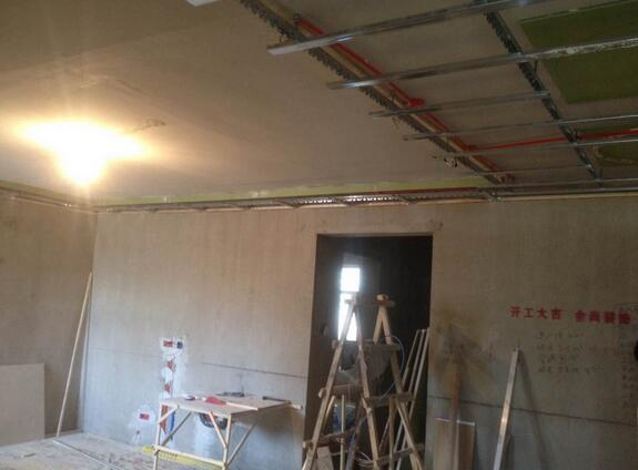 客厅吊顶的施工工艺详解   集成吊顶可根据实际的需求来安装暖灯位置与数量,从而克服了传统吊顶的局限性,比如取暖位置太集中,然而集成吊顶对此因素做出了改善,达到取暖范围大且均匀,三个暖灯就可以达到浴霸四个暖灯的效果,绿色节能。因此这种吊顶施工工艺就有点复杂,因此一定要选择专业性较强的施工团队。   用已做好的水平平线及龙骨主干骨分线位置后。就可以做出吊杆的下面的高度。按做出龙骨分线以及设定了龙骨吊杆的挂钩距离。先把无螺丝的一边扣在已经布置好的钢条安置好。在主干骨安装好吊件、然后将设置好的吊件主干骨、按分