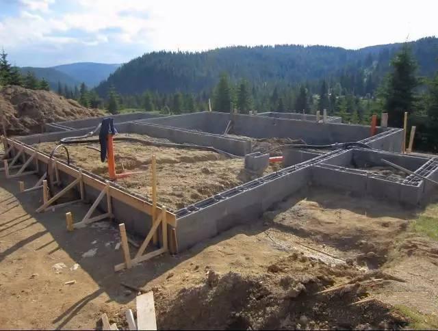 木屋别墅越来越多地走进人们的视线。更重要的还是木结构保温性好,居住舒适,冬暖夏凉。特别是在美国加拿大等北美地区,由于历史传统,价格便宜,老百姓自建房基本都选用木结构房屋。今天,我们来看看美国一套木质自建房别墅的全过程及木屋别墅地基施工。   这就是那套木结构自建房,选址风景非常优美,当然,在哪建房子都要管理机构许可的。