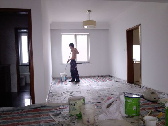刮大白是建筑室内墙面装饰的一种,也是普通住宅墙面装饰最普遍的一种,刮大白其实就是在水泥毛糙面上 ,用建筑用的大白粉、滑石粉和纤维素(一种化学粘合剂,易融于水)的混合物将墙面、顶棚填补耗砂眼度刮平刷白。那刮大白多少钱一平米呢?和乳胶漆有什么区别吗?下面我们一起来了解下吧!