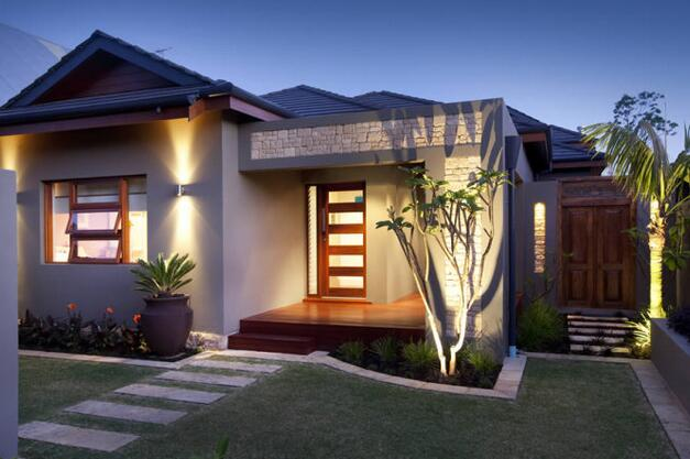 在豪华别墅装修的过程中,别墅灯光装修使其中的要点之一。独特造型的吊灯既能起到丰富空间层次感的作用,又能利用本身的灯光,配合灯带灯其他的照明手段营造出温馨、奢华质感。比如照明系统将按照室外阳光的多少,把室内人工照明调整到最合适水平,最大限度的利用自然光源。    同时,别墅里每个房间的人还可以根据自己的需要,手动调整周围环境的空调和灯光,既照顾了舒适度,又考虑到了能耗的最佳。   别墅智能灯光系统面面观    一、室外灯光系统   灯光,赋予雕塑生命   花园里的雕塑没有了植物的衬托,可能也少了吸引人的
