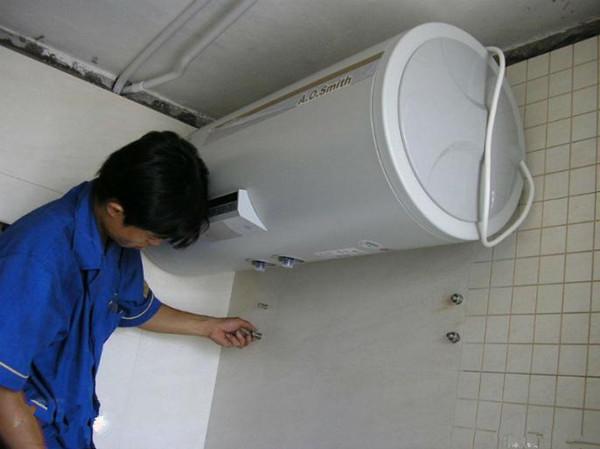 通常,电热水器在进出水口旁边都会设计一个排污口,可能电热水器