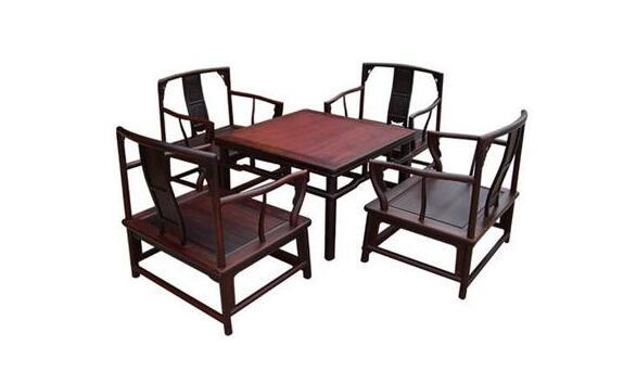 茶几沙发应该如何搭配:   1.、沙发是客厅的主体,它的风格造型会影响整个功能空间的风格。而造型各异的茶几虽然只是一个小配角,但它与沙发的协调搭配能让整个空间更为精彩。沙发以其舒适实用而备受现代人的青睐,与之相搭配的茶几同样是客厅不可缺少的家具之一。   2.、如果你酷爱时尚紧跟潮流,追求构思巧妙的造型,喜爱艳丽的色彩,希望自己的家充满戏剧般的节奏美,那么造型独特的沙发就足以为你带来一道靓丽的风景线。与之相呼应的茶几则可选择造型简洁的方形,以突出沙发的主角地位,使它们更为协调。如果沙发造型略显正规,