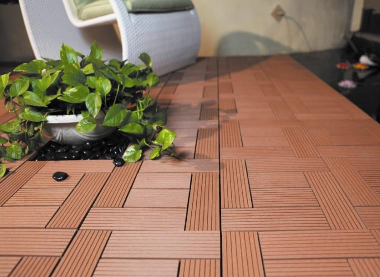塑木地板是一种主要由木材(木纤维素、植物纤维素)为基础材料与热塑性高分子材料(PE塑料)和加工助剂等,混合均匀后再经模具设备加热挤出成型而制成的高科技绿色环保材料,兼有木材和塑料的性能与特征,选购塑木地板的家庭也越来越多了,那塑木地板施工工艺是怎样的呢?有哪些注意事项呢?