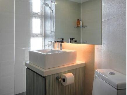 如上图看到的一样,洗脸盆就像是安装在桌面上的一样,这样的洗脸盆在