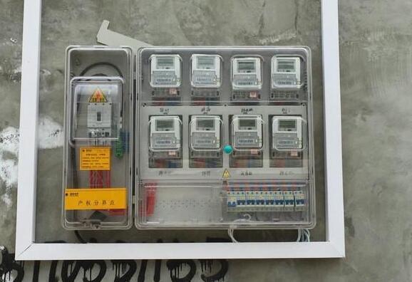 智能电表用完电量就会断电,一定程度上解决了缴费难的问题。但是智能电表也是有缺陷的。作为一种机器,它是能受人主观能动性所控制的。所以,一些想无偿用电的人就可以利用它的缺陷去偷电。具体是怎么回事呢?一起来看一下吧!    一、什么是智能电表   电表大家可能都知道,智能电表是什么呢?