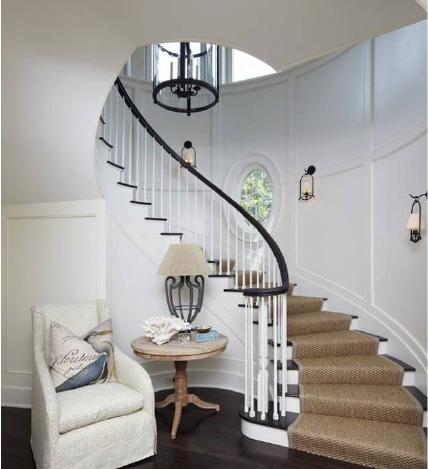 楼梯扶手最好做成圆弧形,不要有太尖锐的棱角,楼梯踏板可选用木地板和