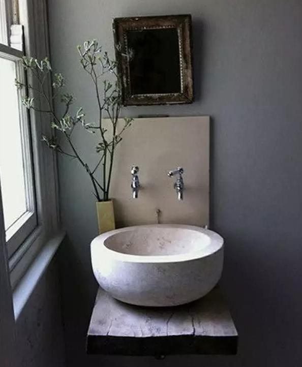 采用了复古设计,从色调到装饰物,乃至洗手盆的造型都透露出古典欧式的