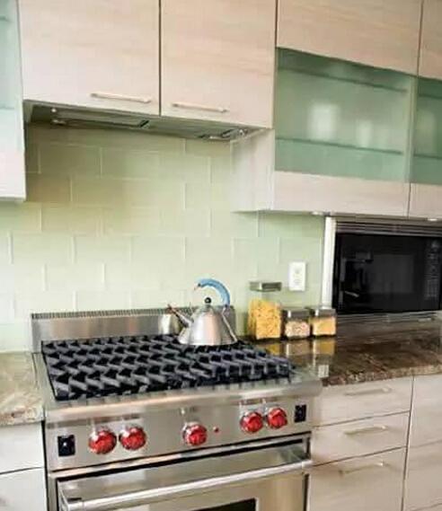 木板,既与橱柜保持了视觉的整体性,同时也打破了厨房裸露墙面都贴砖的