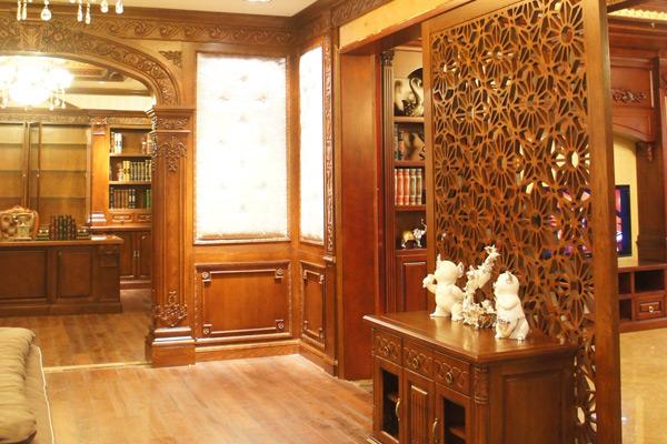 1、实木屏风至少1年打一次蜡 ,用专用的家具膏状蜡为家具上一层蜡。而在上蜡之前,应用较温和的非碱性肥皂水将旧蜡抹除。   2、如果遇到实木屏风发霉的情况,可先用干净软布蘸点中性清洁剂或家具专用清洁剂清除。然后在发霉的部分轻轻抹上一层家具蜡或家具专用精油,并在有霉味的地方放块香皂或装满晒干的茶叶渣的纱布包,有助消除霉味。   3、实木屏风应远离加湿器 ,实木屏风保温才能防开裂,但是千万要注意不要让加湿器直接放到实木屏风上,或长时间离加温器太近,这样会使实木屏风的局部受潮引起发霉、膨胀等问题。而且也不要