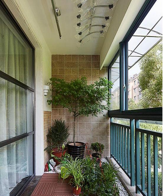 阳台装饰设计效果图:挂在阳台护栏上的铁艺花架,解决了地面上已经摆图片