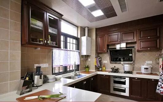空间布局   厨房一般会有5种开放式格局设计,一字型、双一字型、L型、U型、中岛设计。   一字型厨房布局:烹饪区、清洗区和储物区都会靠墙设计,适合长型区域的厨房,简单明了的直线布置,容易打理。   双一字型厨房布局:厨房区域靠两边墙设计,中间就是家人的主要活动区域,适合宽敞型的厨房,如果空间不够宽敞就容易造成压迫 感。   L型厨房布局:利用转角设计,在小户型的厨房里比较常见,有独立的功能分区,看上去灵活多变。   U型厨房布局:利用三面靠墙区域,供使用者在其中自如行动,适合较大的厨房,细致的功能布