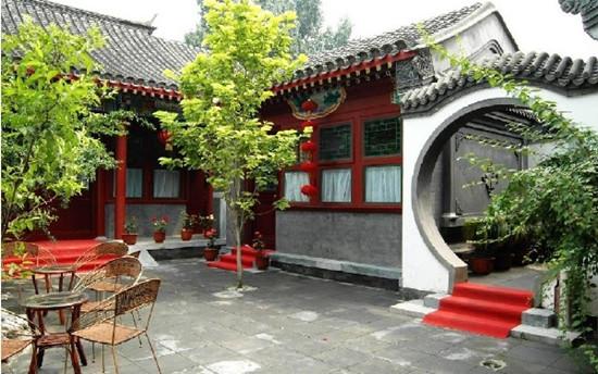四合院是咱们国家的一个传统文化代表,在北京最能够看到四合院了,继承弘扬传统四合院精神,而且四合院还满足了现代人民生活的需求。今天,装修网小编就为大家介绍北京现代四合院设计的特点。    1、私密性   私密性是居民在居住生活中的基本需要,它是实现舒适性的基本条件,也是邻里共同生活的前提。人们只有 在其私密性得到保证的前提下才会与他人进行交往活动。现代北京四合院中家庭生活的私密性要通过空间的分 隔形成不同的私密性层次来实现,主要是保证个人的私密性、家庭的私密性以及邻里生活的私密性。   2、舒适性
