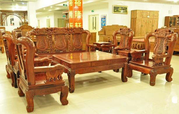 市面上一般的小叶紫檀家具价格都比较贵,一张桌子的价格就会达到十几图片