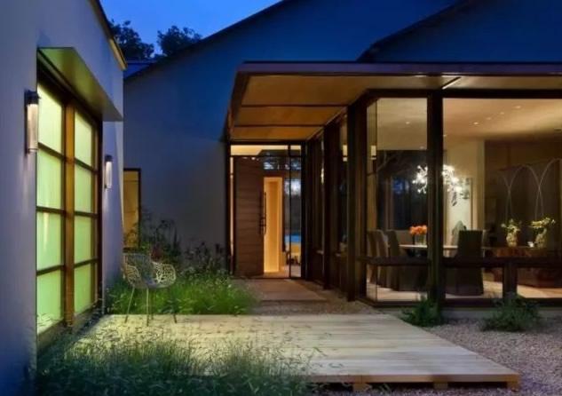 门前设计出一个庭院休闲区,通过复古风的地砖上到木质台阶上来,在