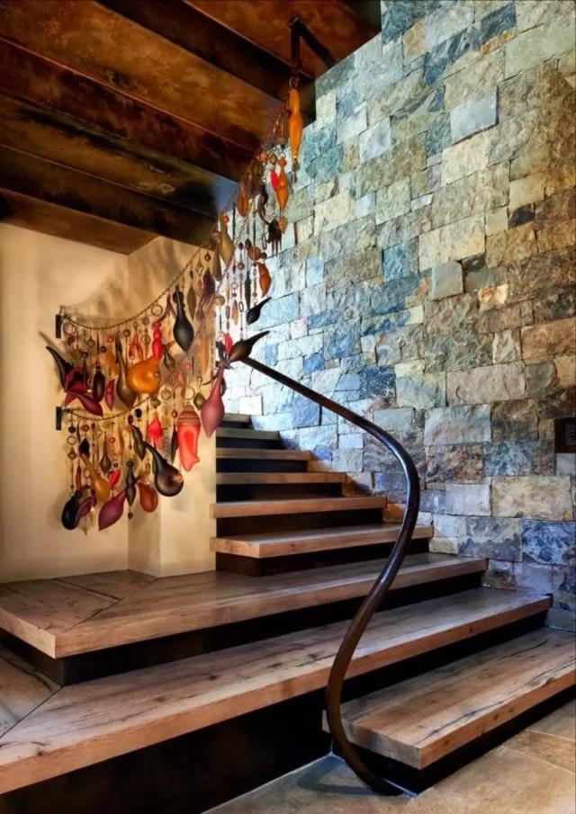 楼梯的木板材质和墙上凹凸不平的石材