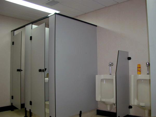 酚醛树脂高压板坚硬,防潮湿,同时耐污性很高,容易清洁打理,售价稍微