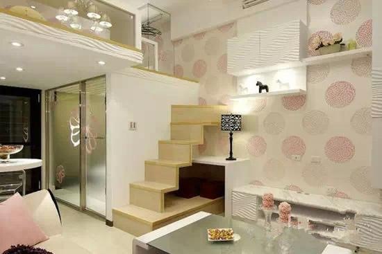 如今,有许多人崇尚简约风格装修,简单又有品位。而背景墙,既要和整体装修风格搭配,又要展现强大的实用功能,才能符合现代都市男女的生活要求。下面小编为大家带来简约风格交换空间壁纸装修效果图大全。  以木作与钢琴烤漆为主体的空间里,沙发背墙的进口壁纸缀点出空间活力。